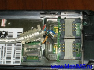 Припаиваем провода кабеля к пятакам расположенным под акб рядом с разъемами сим карт: Черный - Ground   Белый - TxD Синий - RxD