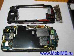Переворачиваем телефон и снимаем среднею часть корпуса.