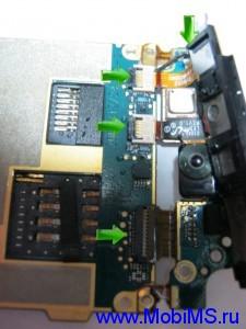 Отсоединяем четыре разъема клавиатуры, антенны от материнской платы.