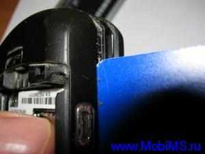Отщелкиваем защелки как показано на фото, для этого можно использовать пластиковую карточку.
